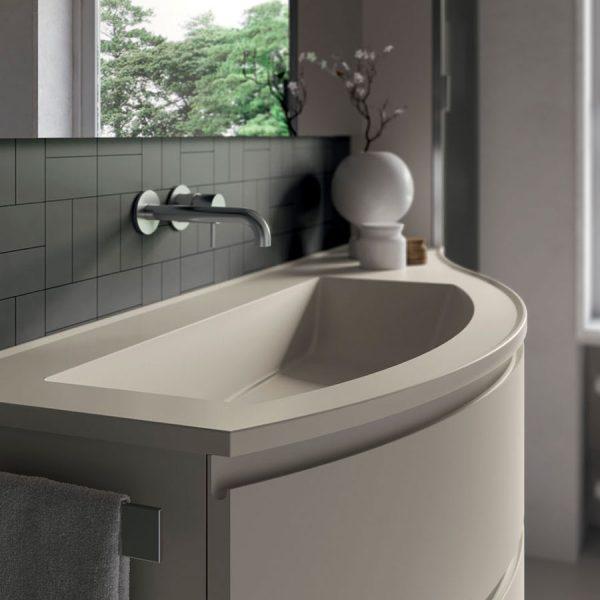 Gebogene Badmöbel mit abgerundeten Platten aus Mineralsolid in der glänzenden oder matten Ausführung der Fronten